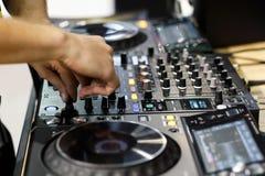 DJ miesza ślada na profesjonalisty DJ dźwięka kontrolerze zdjęcia stock