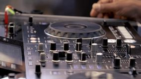 DJ miesza muzycznych ślada na audio konsoli zbiory