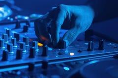 DJ miesza muzykę z błękita światłem Zdjęcia Royalty Free