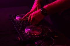 Dj miesza na turntables z kolorów lekkimi skutkami Miękka ostrość na ręce Zakończenie obraz stock