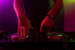 Dj miesza na turntables z kolorów lekkimi skutkami Miękka ostrość na ręce Zakończenie zdjęcie stock