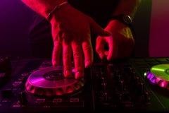 Dj miesza na turntables z kolorów lekkimi skutkami Miękka ostrość na ręce Zakończenie zdjęcia royalty free