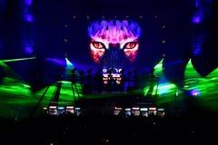 Dj mieszać żywy na scenie przy festiwalem muzyki Zdjęcie Stock