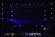 Dj mieszać żywy na scenie przy festiwalem muzyki Zdjęcie Royalty Free