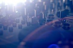 DJ-Mischer mit Bullauge und Blendenfleck Stockbilder