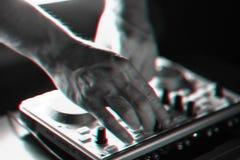 DJ-Mischerdisco belichtet durch Scheinwerfer stockfoto