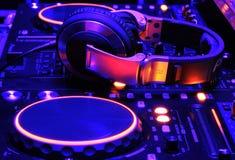DJ-Mischerkonsole bei der Arbeit Stockfoto