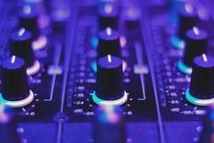 DJ-Mischervolumen planiert Mischer stockfoto