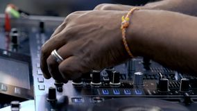 DJ mischt Musikbahnen auf Audiokonsole stock footage