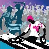 DJ mit Leutetanzen Stockfoto