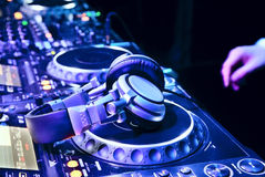 Dj mixes the track Royalty Free Stock Photography