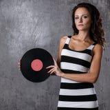 DJ, Musik Schönes Mädchen mit Vinyl Lizenzfreie Stockbilder
