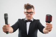 DJ no smoking que levanta com dois microfones fotos de stock