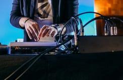 DJ obsługuje przyjęcia przystosowywa syntetyka wyposażenie obraz royalty free