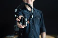 Dj obsługuje trzymać nowożytne i nowe słuchawki w jego rękach obrazy stock