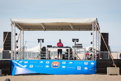 DJ op de zomerstadium royalty-vrije stock afbeelding