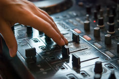 DJ playng op professioneel mengend controlemechanisme Royalty-vrije Stock Afbeeldingen