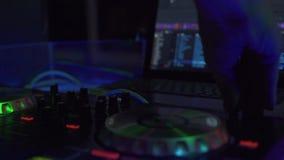 DJ pociesza dla mieszać muzykę taneczną i laptop w dyskoteka klubie DJ melan?eru gracz i d?wi?k konsola dla prywatka z bliska zbiory wideo