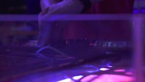 DJ pociesza dla miesza? muzyk? taneczn? i kolorowego ?wiat?o w dyskoteka klubie DJ melan?eru gracz i d?wi?k konsola dla techo tan zbiory wideo