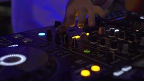 DJ pociesza dla miesza? muzyk? taneczn? i kolorowego ?wiat?o w dyskoteka klubie DJ melan?eru gracz i d?wi?k konsola dla techo tan zbiory