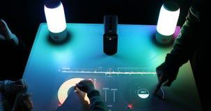 DJ-Prüfer und mischende Stereokonsole mit Sensor-ansässiger Steuerung stock footage