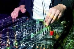 DJ przy klubem nocnym bawi się Obrazy Royalty Free