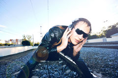 DJ que escuta os trilhos Fotografia de Stock