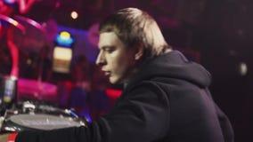 DJ que gira na plataforma giratória no partido no clube noturno dançar spotlights Vá vão menina vídeos de arquivo