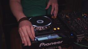 DJ que gira na plataforma giratória no partido no clube noturno misturar equipamento headphones vídeos de arquivo