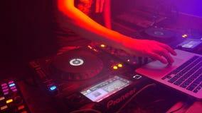 DJ que joga a música, close up de mistura dos sons filme