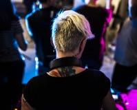 DJ que joga a música no misturador sadio no clube noturno Fotografia de Stock Royalty Free
