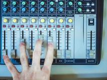 DJ que joga no controlador de mistura profissional fotos de stock royalty free