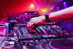DJ que joga a trilha imagem de stock