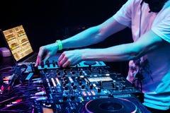 DJ que joga a trilha fotografia de stock