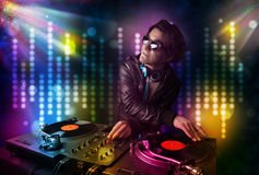 DJ que juega canciones en un disco con la demostración ligera Fotografía de archivo