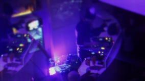 DJ que juega la música del club, gente que va de fiesta, efecto visual creativo metrajes