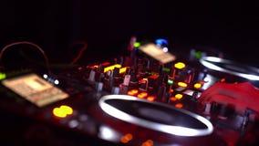 DJ que juega música de danza en partido de la noche