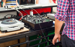DJ que juega música en la calle Fotos de archivo libres de regalías