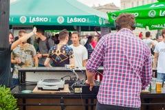 DJ que juega música en la calle Imagen de archivo
