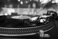 DJ que juega música en una placa giratoria del vinilo en el partido del verano foto de archivo libre de regalías