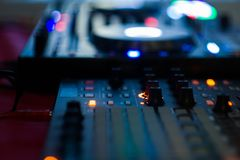 DJ que juega m?sica en el primer y las mezclas del mezclador la pista en el club nocturno imagenes de archivo
