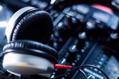 DJ que juega m?sica en el primer y las mezclas del mezclador la pista en el club nocturno imagen de archivo libre de regalías