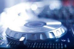 DJ que juega m?sica en el primer y las mezclas del mezclador la pista en el club nocturno imágenes de archivo libres de regalías