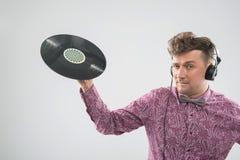 DJ que levanta com registro de vinil Imagens de Stock