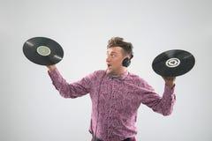 DJ que levanta com registro de vinil Fotografia de Stock Royalty Free