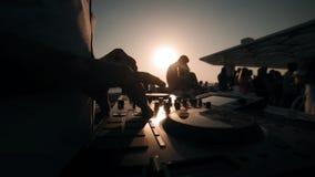 DJ que mistura e que gerencie no partido do verão no barco DJ no trabalho no mar do verão em Dubai video estoque