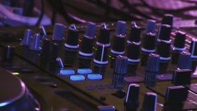 DJ que mistura na plataforma giratória no partido no clube noturno cheering equipamento Multidão de povos celebration filme