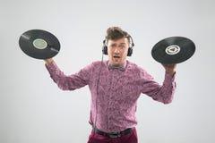 DJ que presenta con el disco de vinilo Imagen de archivo