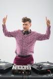 DJ que presenta con los fingeres para arriba Imágenes de archivo libres de regalías