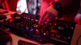 DJ que risca nas plataformas em um disco filme